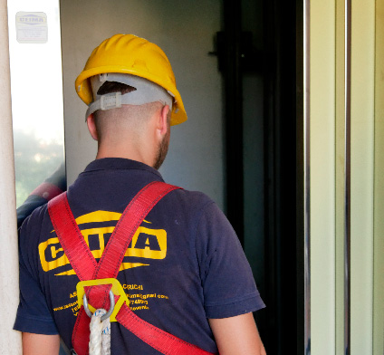 operaio in montaggio ascensore